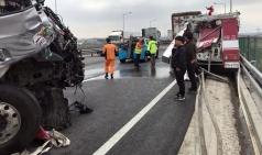 현장 출동한 소방차 25톤 트럭에 추돌...소방관 3명 사망