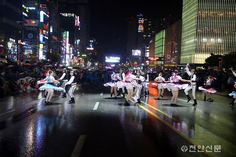 [포토] 천안흥타령춤축제 하이라이트 '거리댄스퍼레이드'