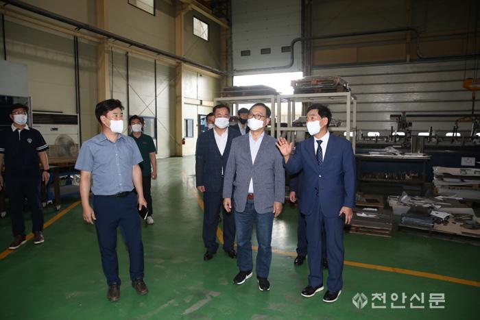 박상돈 천안시장이 13일 천안제4산업단지를 방문하고 입주기업체인 탑텍을 둘러보고 있다..JPG